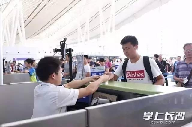 """黄花机场首推""""无纸乘机"""",今后坐飞机可以不领登机牌啦"""