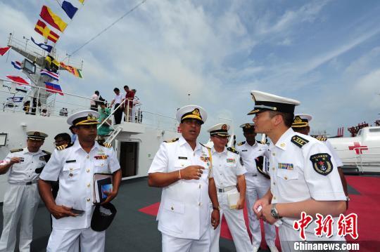 中国水师宁静方舟医院船船长郭保丰向斯水师西部军区副司令尤特帕拉准将先容宁静方舟情形。 山河 摄