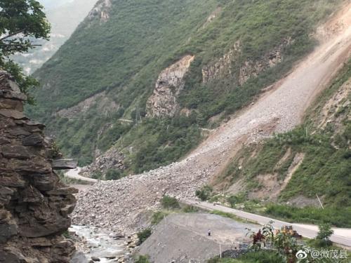 塌方现场。图片来自:四川省阿坝州茂县县委宣传部官方微博