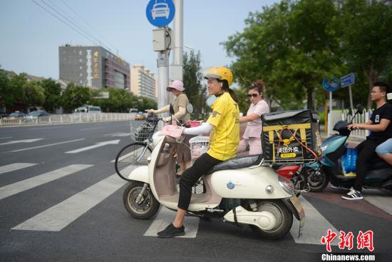 资料图:外卖骑手正在送餐。中新网记者 富宇 摄