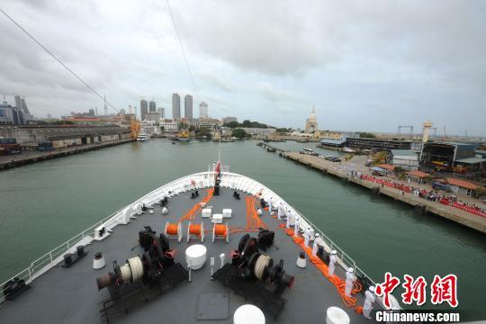 当地时间8月6日,中国水师宁静方舟医院船徐徐驶抵斯里兰卡科伦坡港码头。 山河 摄