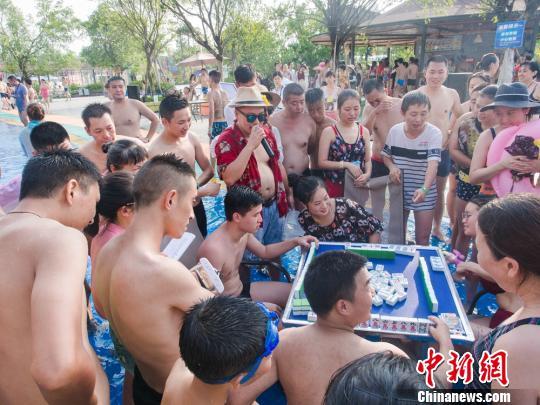 参与水中麻将的游客应接不暇。 钟欣 摄