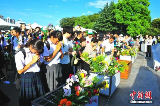 """""""和平纪念仪式""""在日本广岛市的和平纪念公园举行,纪念该市遭遇原子弹爆炸72周年。约有5万民众从各地赶来悼念亡灵,祈求和平。 中新社记者 吕少威 摄"""