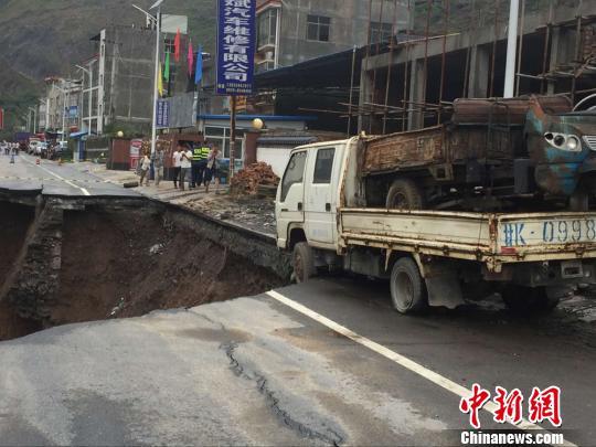 图为路基垮塌。陇南公路管理局供