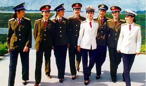 1988年授衔换装后的三军女军官。