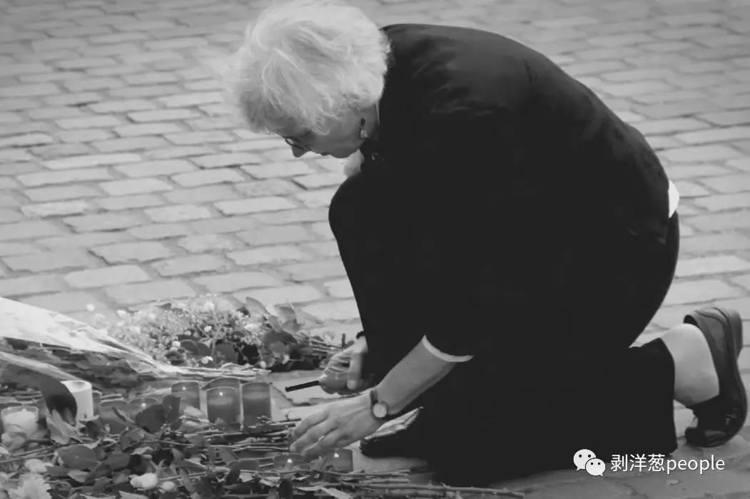 悼念活动现场,一位头发花白的德国女士,为李洋洁点燃了一支蜡烛。