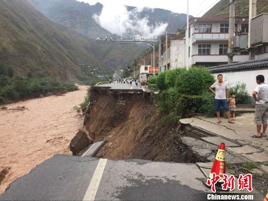 图为全副路基垮塌,造成交通完全中断。陇南公路管理局供