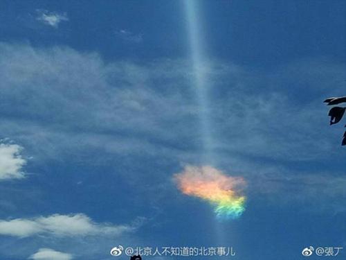 京城上空现七色祥云 专家:云中冰晶对阳光折射