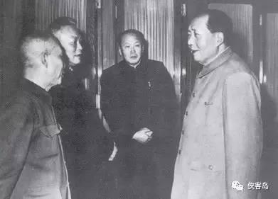 七千人大会期间,毛泽东同李富春(左一)、李先念(左二)、乌兰夫(左三)在一起交谈