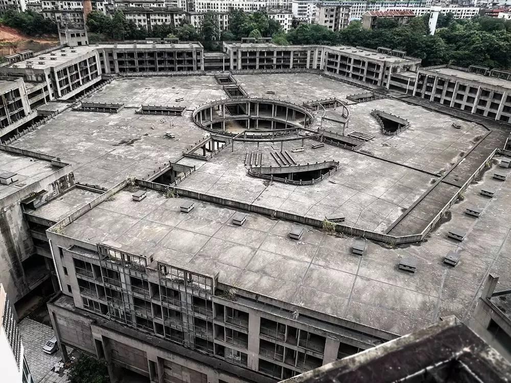 """(2017年7月11日,湖南益阳,高空俯视烂尾的""""五角大楼""""。图/《财经》记者 鲁伟)"""