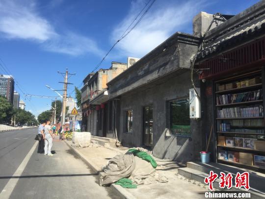 """在整治""""开墙打洞""""乱象的基本上,北京的老城区同步停止着进级改革。图为阜成门内大巷正在停止整治。 曾鼐 摄"""