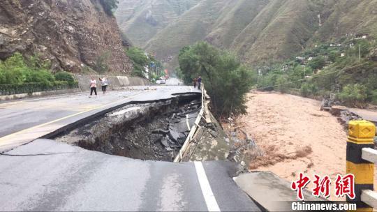 图为右副路基垮塌。陇南公路管理局供