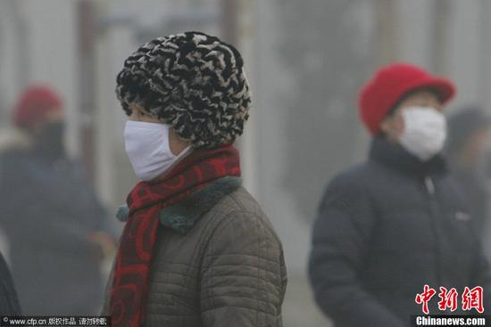资料图:河北省石家庄市,水上公园好多市民都带起了口罩。贺志泉 摄 图片来源:CFP视觉中国