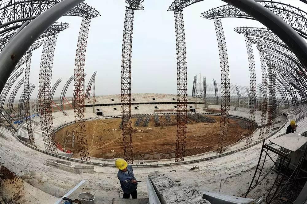 (2013年3月28日,安徽淮南奥林匹克公园一期工程橄榄球造型主运动场建设现雏形。图/视觉中国)