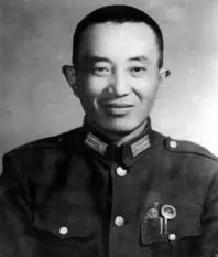 罗瑞卿任军调部中共代表团参谋长时佩带中将领章。