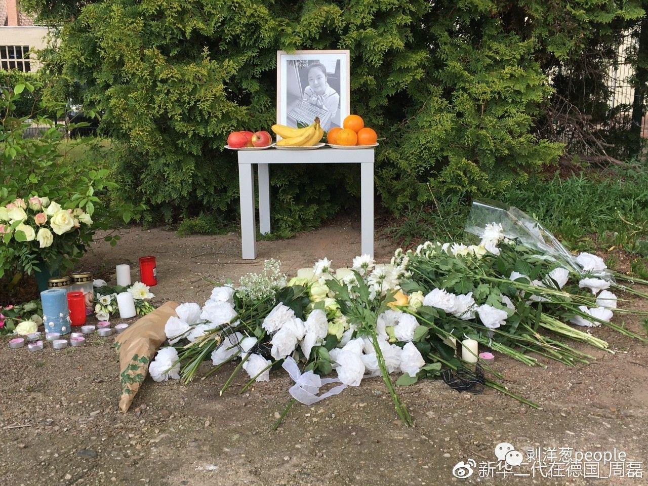 悼念现场,人们为李洋洁送去了她最爱的白玫瑰。