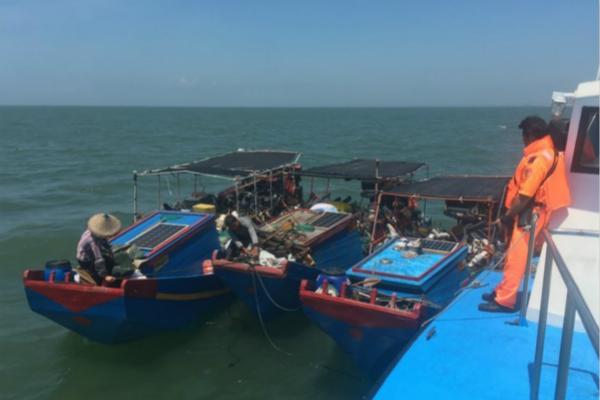 """台当局扣押6名大陆渔民 绿媒:扫荡""""越界""""渔船"""