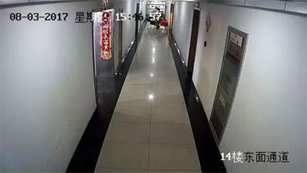 8月3日15:46,李老师走进了越都商务大厦位于14楼的这家保健品公司,李老师身后的三轮车夫拎着保健品跟了进去,随后三轮车夫空手离开。 监控视频截图由物业提供
