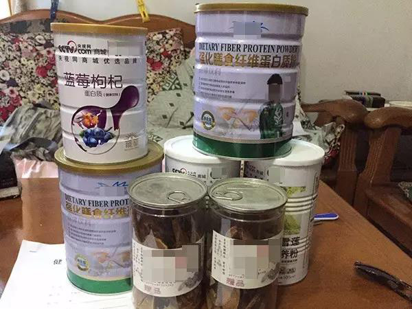 李老师家的卧室里堆放的部分保健品。蒋大伟 图