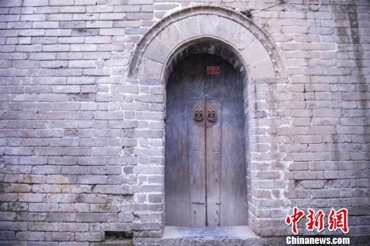 """图为天官王府中有8道机关的古代""""防盗门""""。 屈丽霞 摄"""