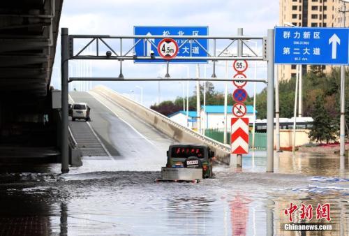 8月7日凌晨,一场暴雨突袭黑龙江嘉会哈尔滨,强降雨导致市区内多地严重积水。个中,该城市三环沿线一立交桥高低桥口被淹。图为一越野车强行经由过程。 中新社记者 王舒 摄