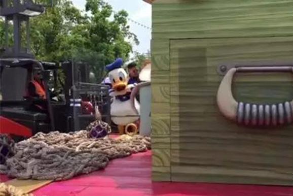 唐老鸭在演职人员的搀扶下离开就医。 图片来源于侬好上海微信公众号