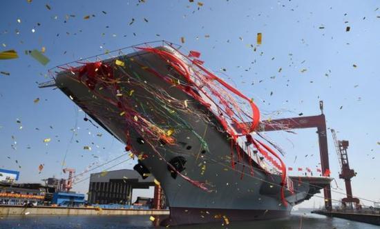 资料图:2017年4月26日,中国首艘国产航母船坞下水瞬间。