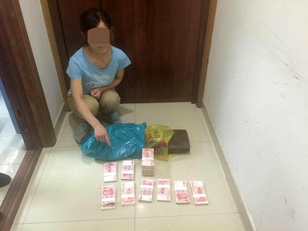 犯罪嫌疑人菅某和赃物。杨浦警方 供图