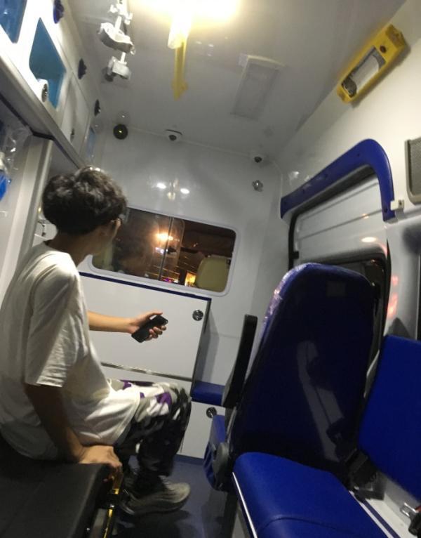 """8月7日,有网友在微博发帖称,叫了顺风车想从杭州到上海,却叫来一辆救护车。  图片来自微博网友""""XimiKKb"""""""