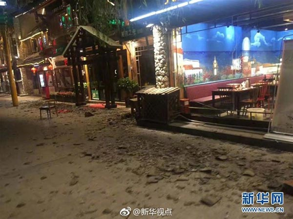 地震发生后九寨沟县街道一片狼藉。(图片来源:新华网)