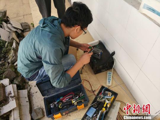 监测任务组正在架设活动监测装备。 四川省地动局供图 摄