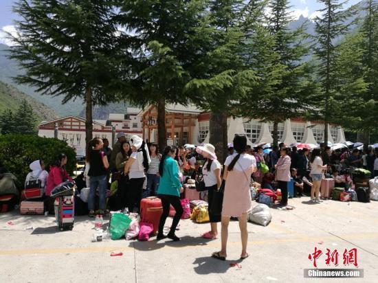 8月8日21时19分在四川阿坝州九寨沟县发生7.0级地震,震源深度20千米。图为等待撤离的游客。安源 摄