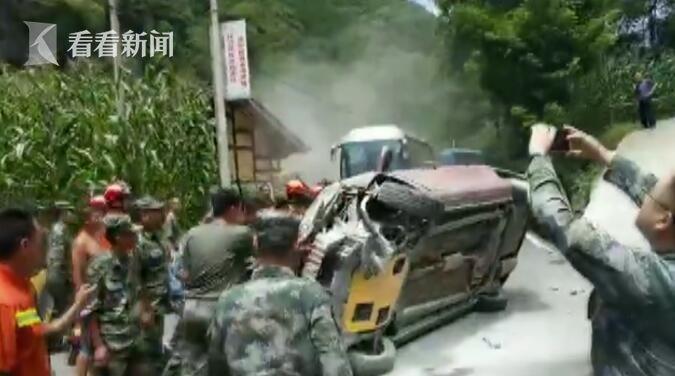 视频 轿车撤离震灾区时侧翻恐爆炸 消防员合力灭火推车疏通生命通道