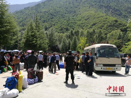8月8日21时19分在四川阿坝州九寨沟县产生7.0级地动,震源深度20千米。图为等候撤退的旅客。中新网记者 安源 摄