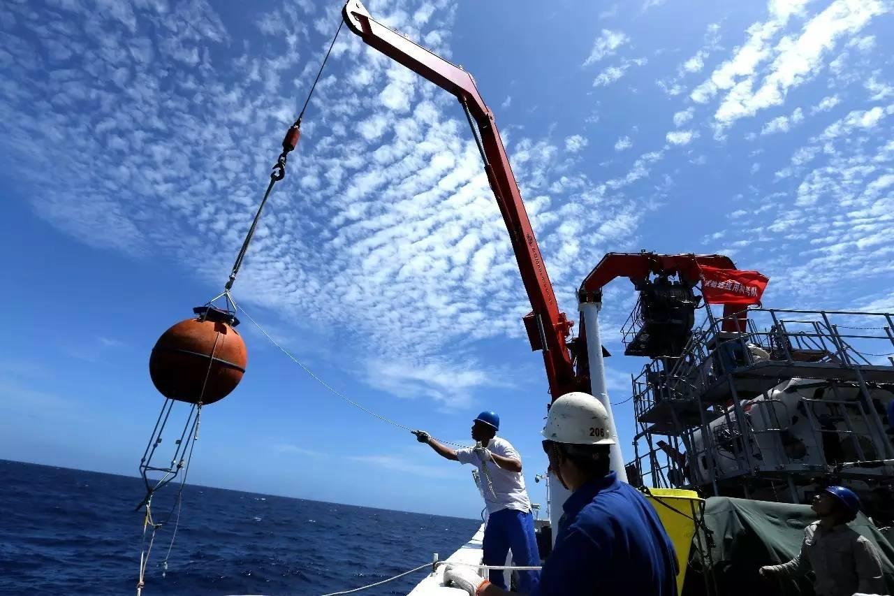 ▲资料图片:2017年5月11日,中国大洋38航次科考队员在南海布放长期锚定观测系统。