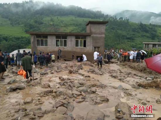 8月8日凌晨6时左右,四川省凉山州普格县荞窝镇耿底村发生山洪灾害。灾害发生后,各有关部门及救援力量赶赴一线全力开展抢险救援工作。钟欣 摄