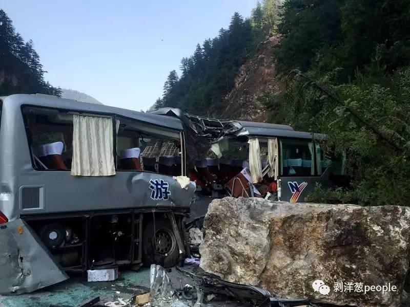 川R65101大巴车被石头砸中。图片来自网络