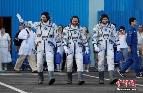 图为俄罗斯航天国家集团公司宇航员谢尔盖·梁赞斯基、美国国家航空航天局宇航员Randy Bresnik 和意大利宇航员保罗·内斯波利(Paolo Nespoli)前往发射场。