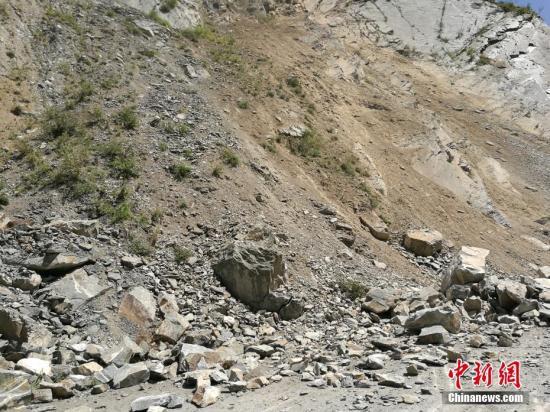 8月8日21时19分在四川阿坝州九寨沟县发生7.0级地震,震源深度20千米。图为地震发生后部分山体出现垮塌。中新网记者 安源 摄