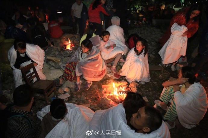 8日晚,四川省阿坝州九寨沟县发生7.0级地震,不少灾区民众在室外空旷地带过夜。