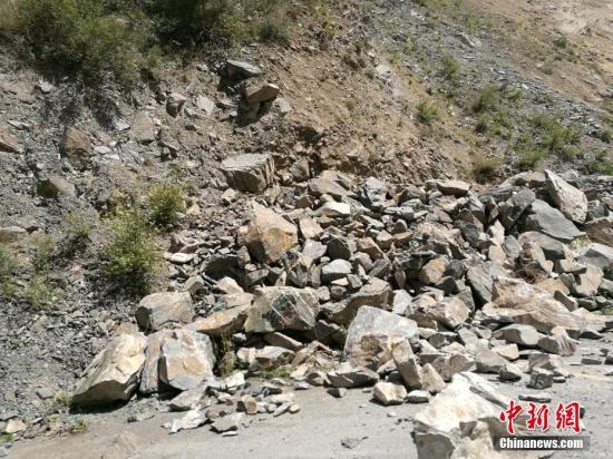 8月8日21时19分在四川阿坝州九寨沟县产生7.0级地动,震源深度20千米。图为地动产生后局部山体呈现垮塌。安源 摄