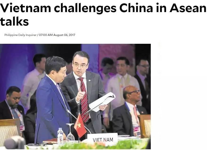 ▲越南外长范平明(左)和菲律宾外长卡耶塔诺在东盟外长会上交谈。(《菲律宾每日问询者报》)