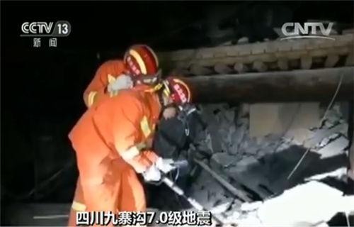 消防官兵正在开展救援工作