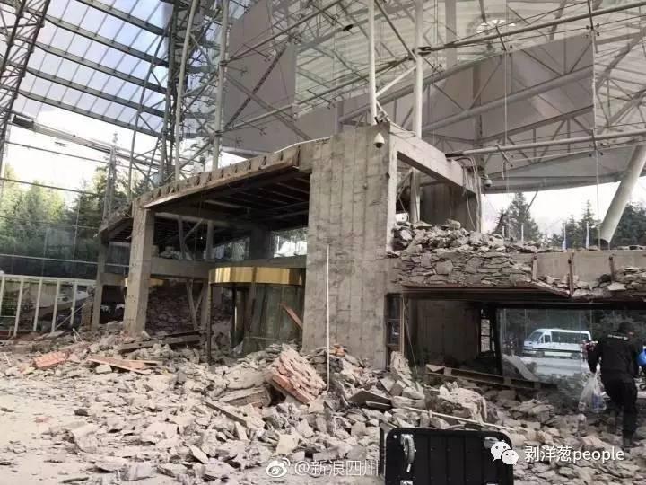 九寨天堂洲际酒店墙壁坍塌。