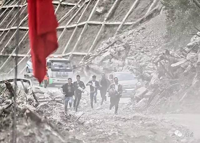 ▲8月10日,九寨沟景区S301省道,武警交通正在指挥单向放行,通过坍塌严重的危险路段时,很多人快速跑步前行。