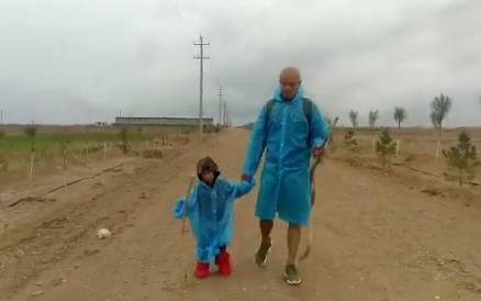 主持人乐嘉带女儿穿越沙漠走76公里_引起网友热议