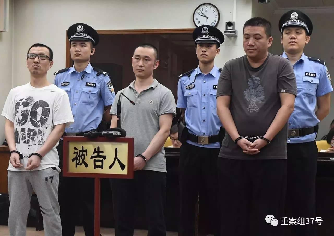▲8月10日上午,涉案的吕某、李某、张某在法庭等待宣判。  新京报记者王嘉宁 摄