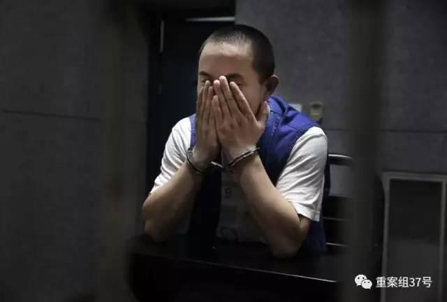 """▲2017年8月8日,天津市静海区看守所。传销组织蝶贝蕾的一名""""高层""""杨海兵,正在接受记者采访。新京报记者 尹亚飞"""