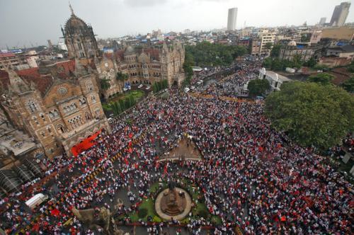 印度民众在孟买街头集会抗议。(图片来源:路透社)