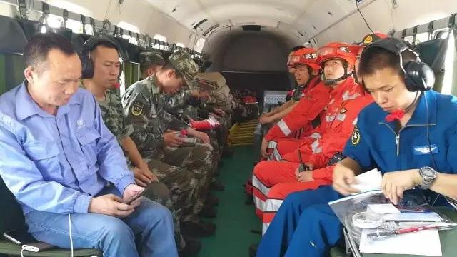 直8直升机搭载着救援人员和专业设备飞赴灾区